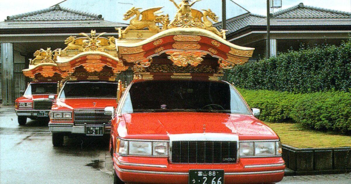 霊柩車 赤い